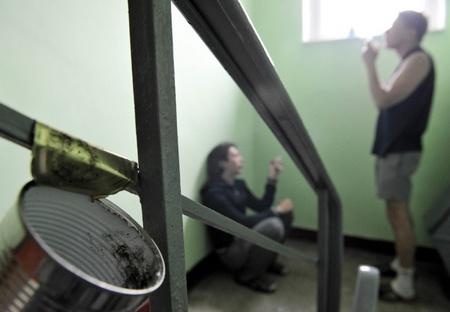 Соседи курят на лестничной клетке