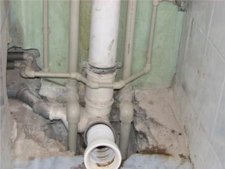 Течет стояк канализации